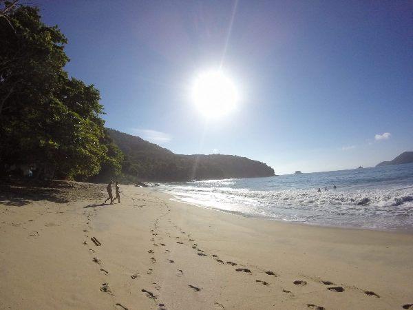 Camping selvagem em praia deserta e tranquila