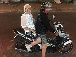 Idosa de 89 anos viaja sozinha pelo mundo