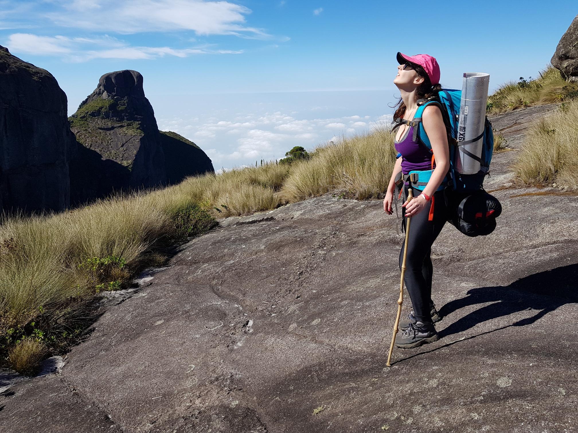 trilha com equipamentos para camping selvagem