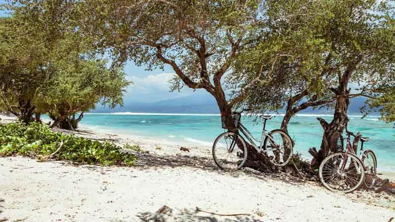 A poluição de plástico está aparecendo nas praias da Indonésia.
