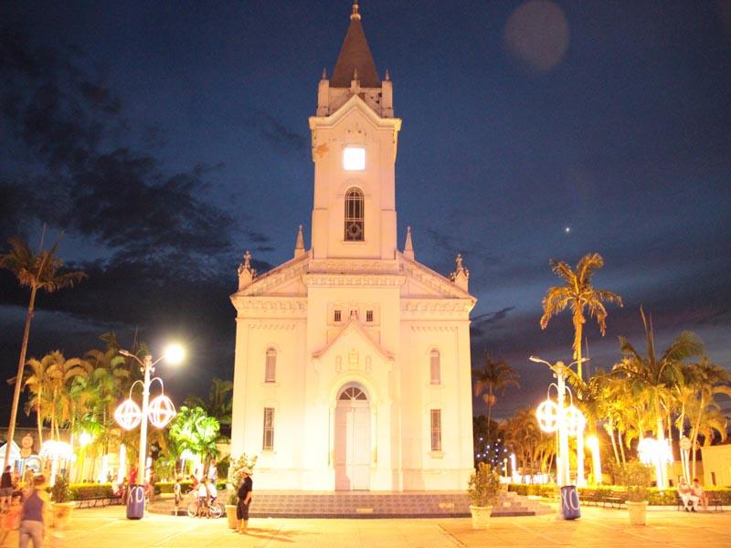 Igreja na praça matriz Bofete