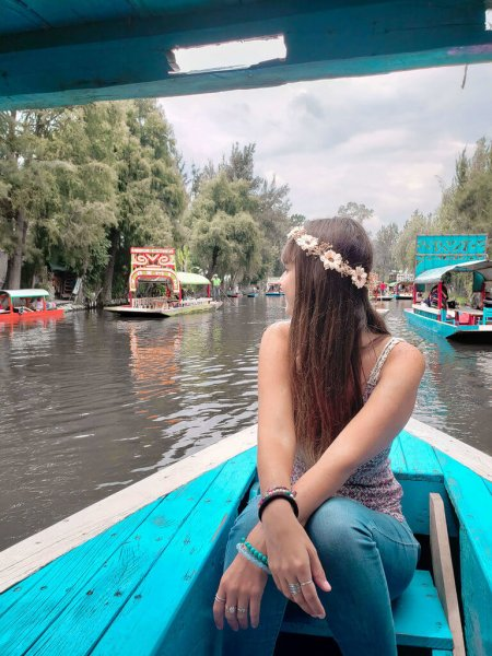 mulher (eu) navegando no barco pelo canal de Xochimilco