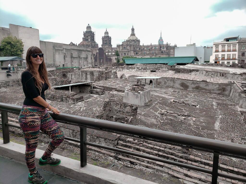 dentro do museu templo mayor com vista para a catedral metropolitana da cidade do méxico