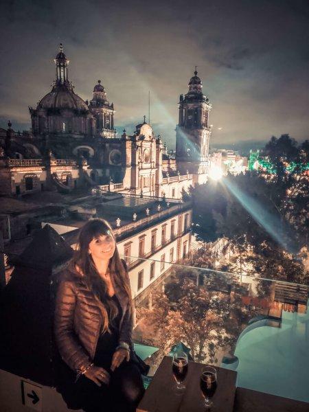 na balada com vista da Catedral Metropolitana da Cidade do México