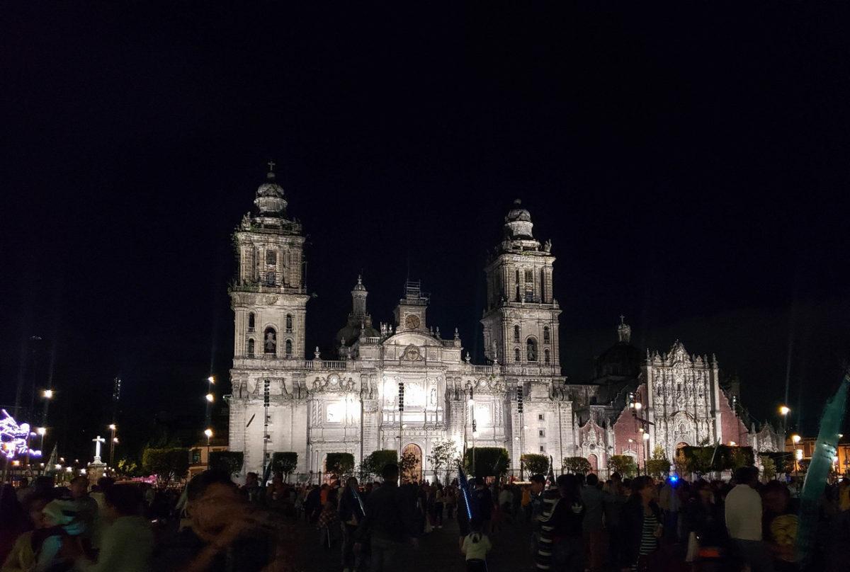 Plaza de La Constitución (Zócalo) de noite no centro da Cidade do México