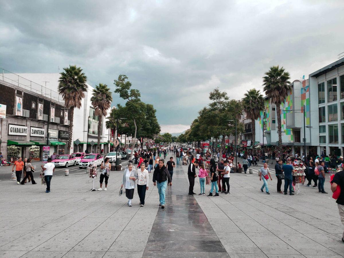 rua larga da e cheia de pessoas na Cidade do México