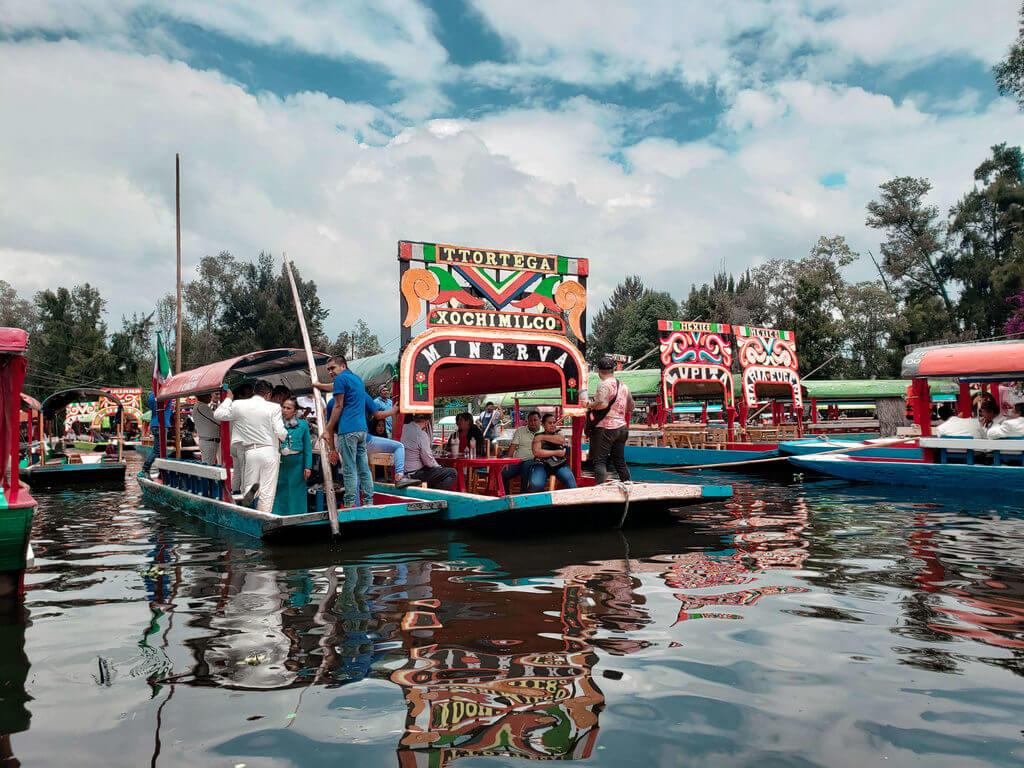 barcos coloridos do canal de xochimilco na cidade do méxico