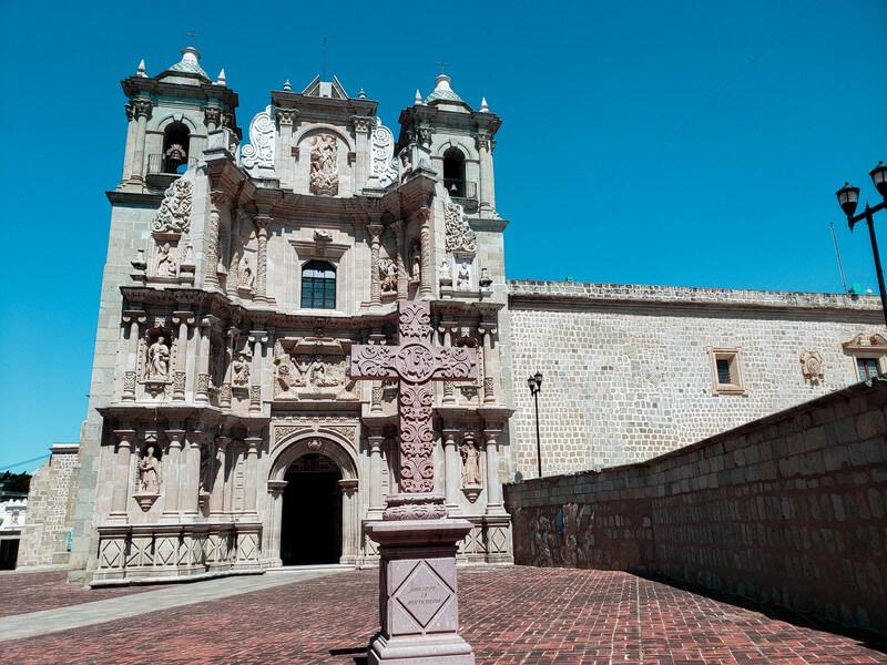 básilica com cruz em frente a ela na cidade de Oaxaca no México