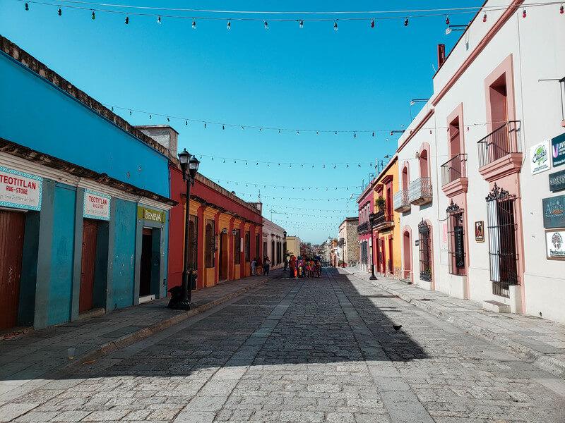 rua estreita e colorida no centro histórico de oaxaca méxico