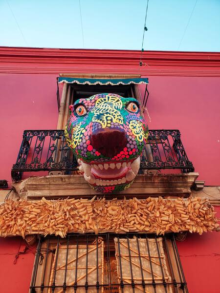 arte pop do méxico em forma de tigre na sacada de uma casinha em oaxaca