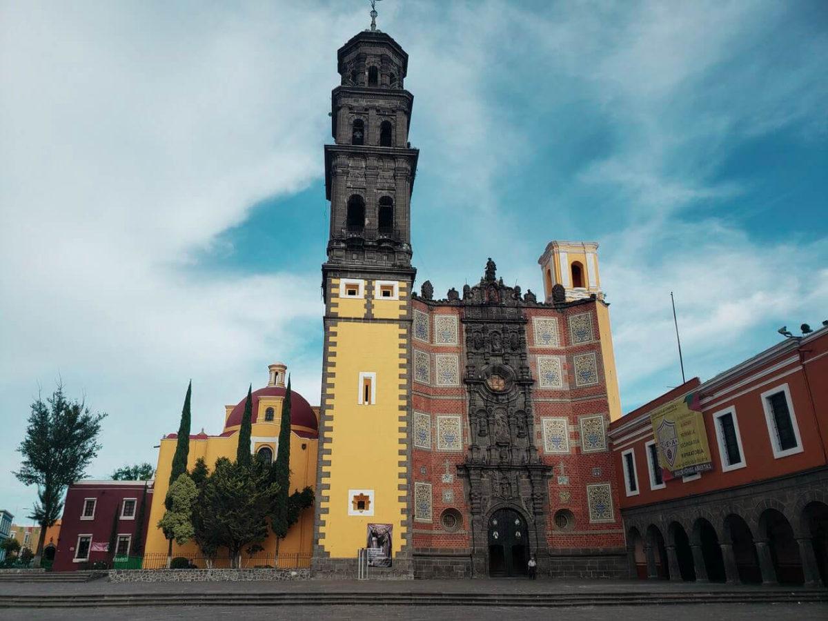 igreja amarela, preta e vermelha em Puebla México