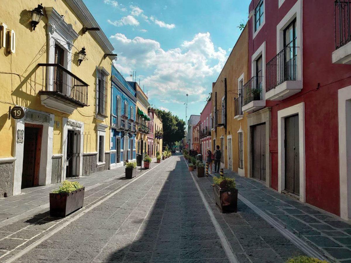 rua colorida e estreita do los sapos em Puebla