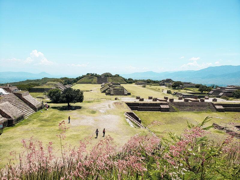 ruínas de Monte Álban vista do alto de uma das pirâmides em Oaxaca