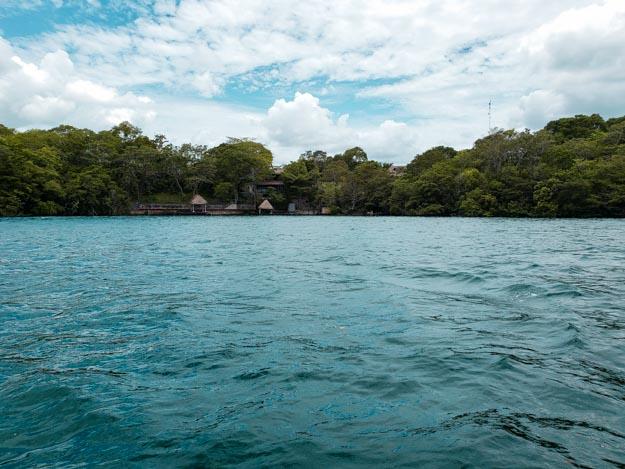 cenote negro que fica dentro da lagoa bacalar méxico