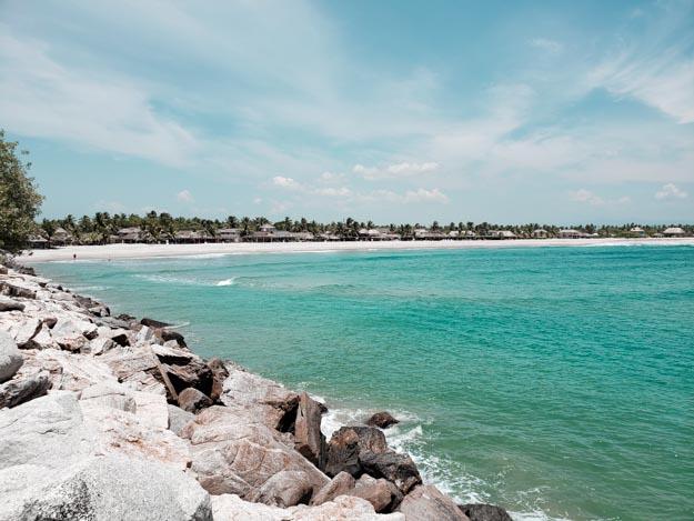 praia vista das pedras que invadem o mar no parque de chacahua méxico