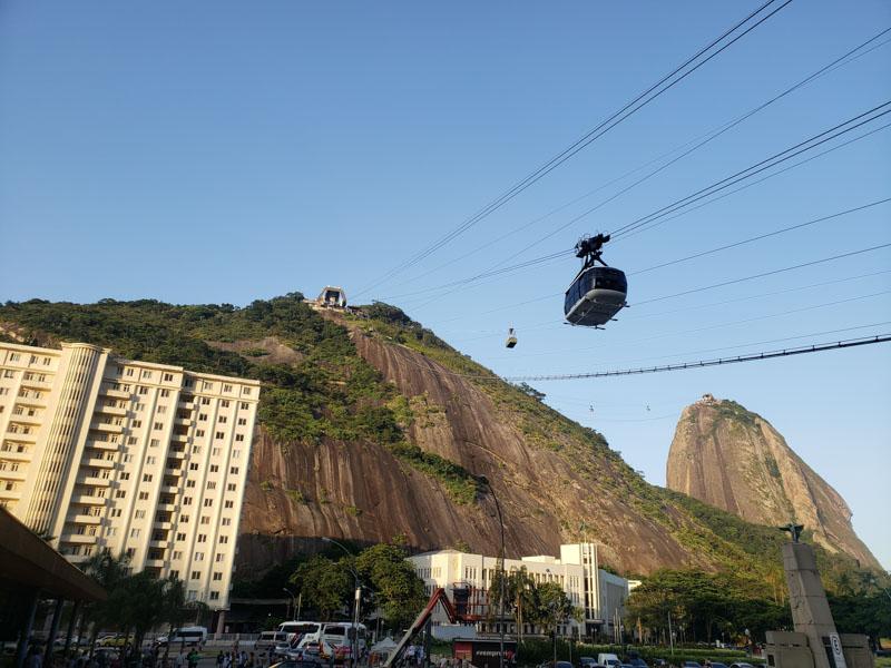 visão de baixo do bondinho do Pão de Açúcar no Rio de Janeiro