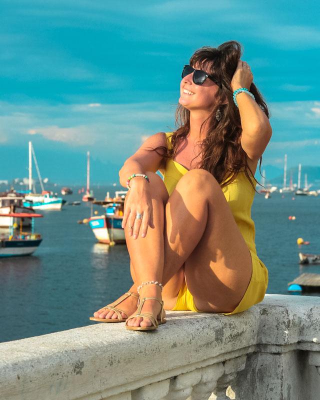 Pousando para foto sentada na Mureta da Urca no Rio de Janeiro