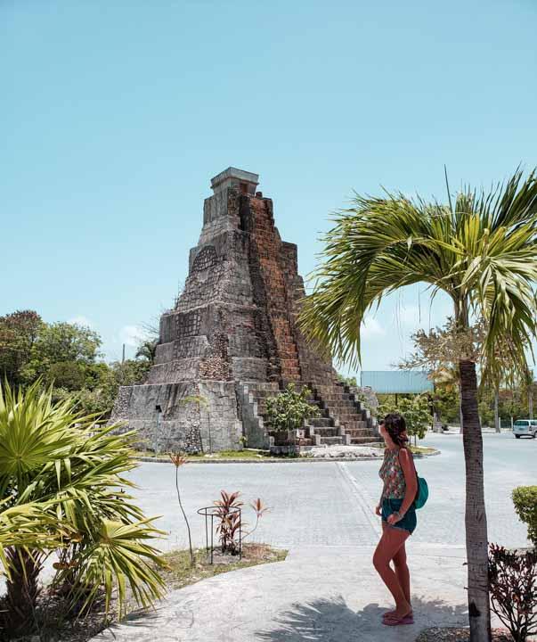 réplica de Templo Maia no meio da cidade de Mahahual