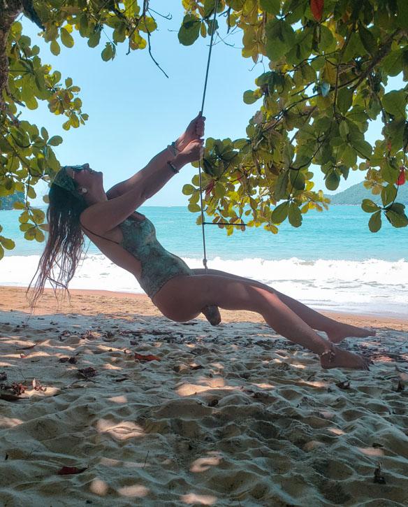 balançando na praia deserta em ubatuba
