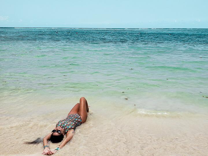Deitada na areia da Praia Akumal