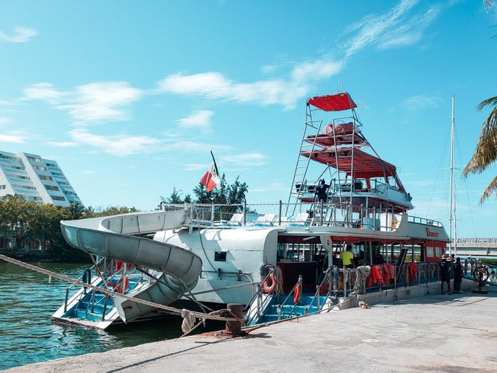 Barco Dancer Cruise parado no porto