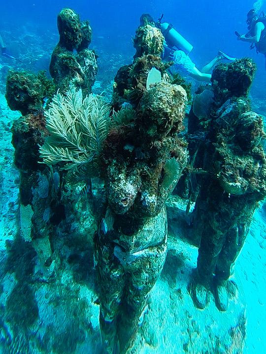 Esculturas subaquáticas do Museu em Cancun