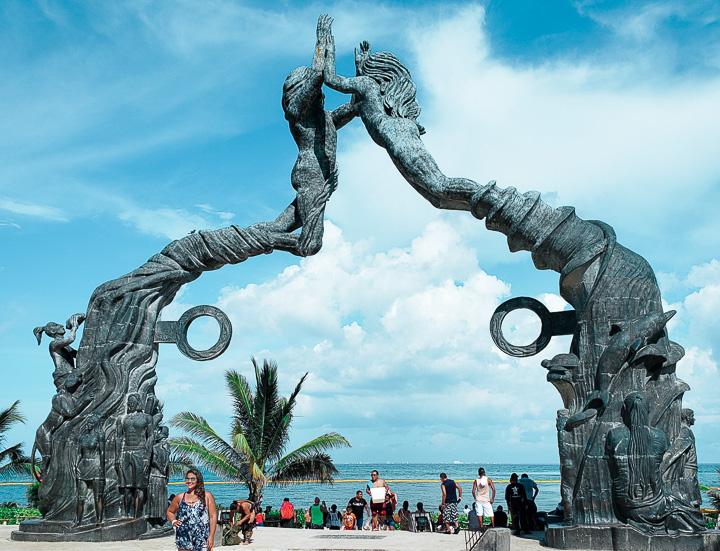 Portal Maya em frente ao Parque Fundadores em Playa del Carmen
