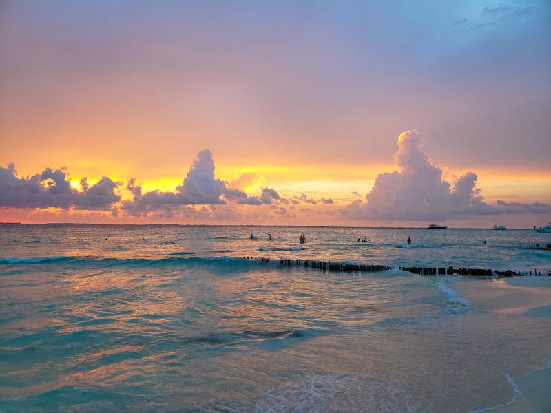 entardecer colorido na Playa Norte em Isla Mujeres