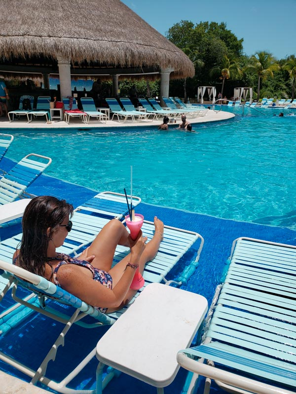 Piscina e coquetel no Paradise Beach México