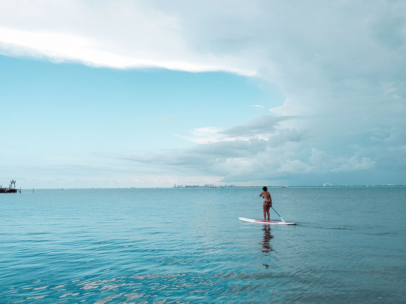 Stand up paddle na Playa Lancheros em Isla Mujeres